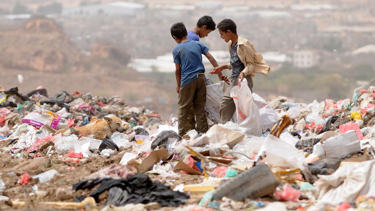 Armut: Menschen suchen im Jemen im Müll nach Verwertbarem.