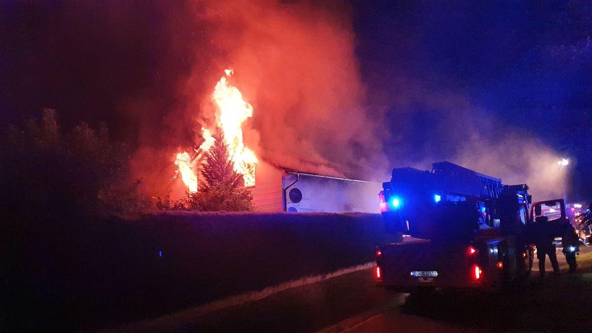 Die Flammen schlagen meterhoch aus dem Obergeschoss