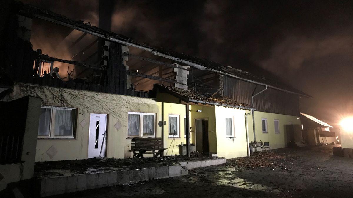 Das einsturzgefährdete Haus nach dem Brand