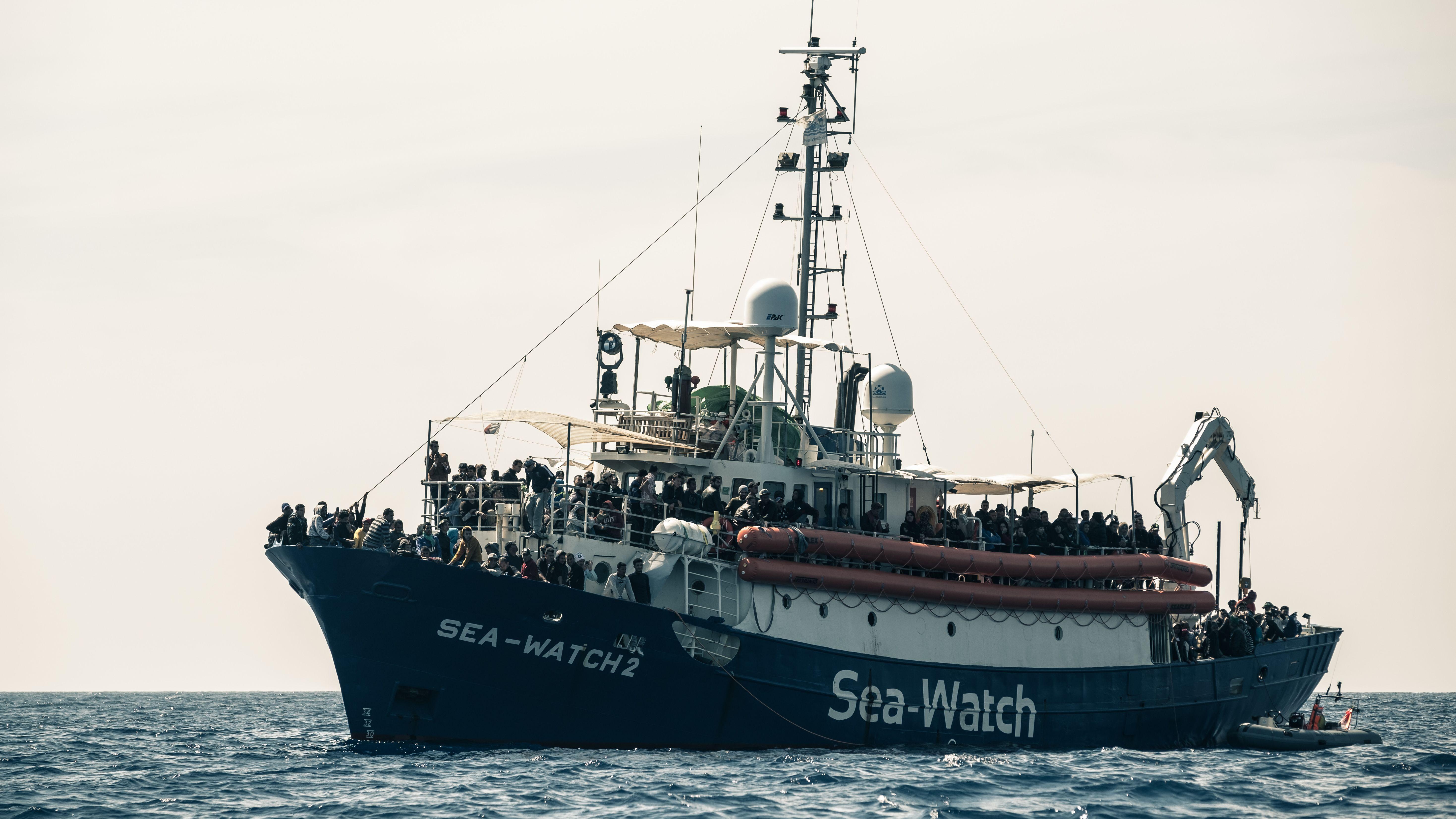 """Auf der """"Sea-Watch 2"""" drängen sich Geflüchtete, die im Mittelmeer gerettet wurden"""