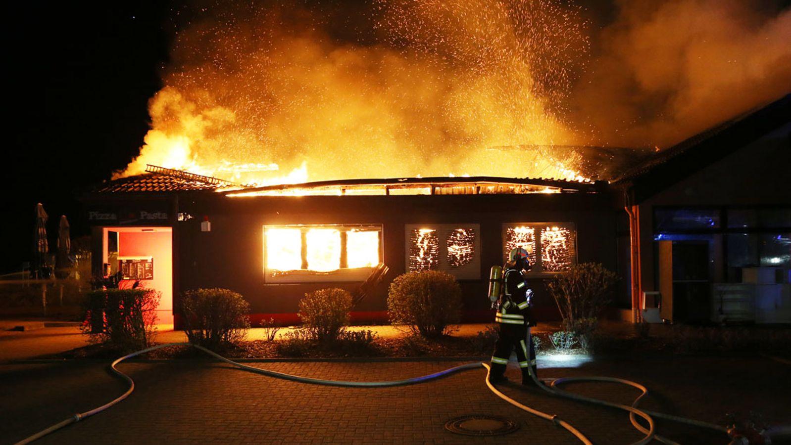 Pizzeria ausgebrannt - 100 Feuerwehrleute im Einsatz