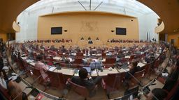Plenum des bayerischen Landtags | Bild:Peter Kneffel/dpa