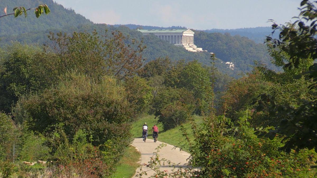 Radfahrer auf dem Weg zum Ruhmestempel Walhalla bei Donaustauf