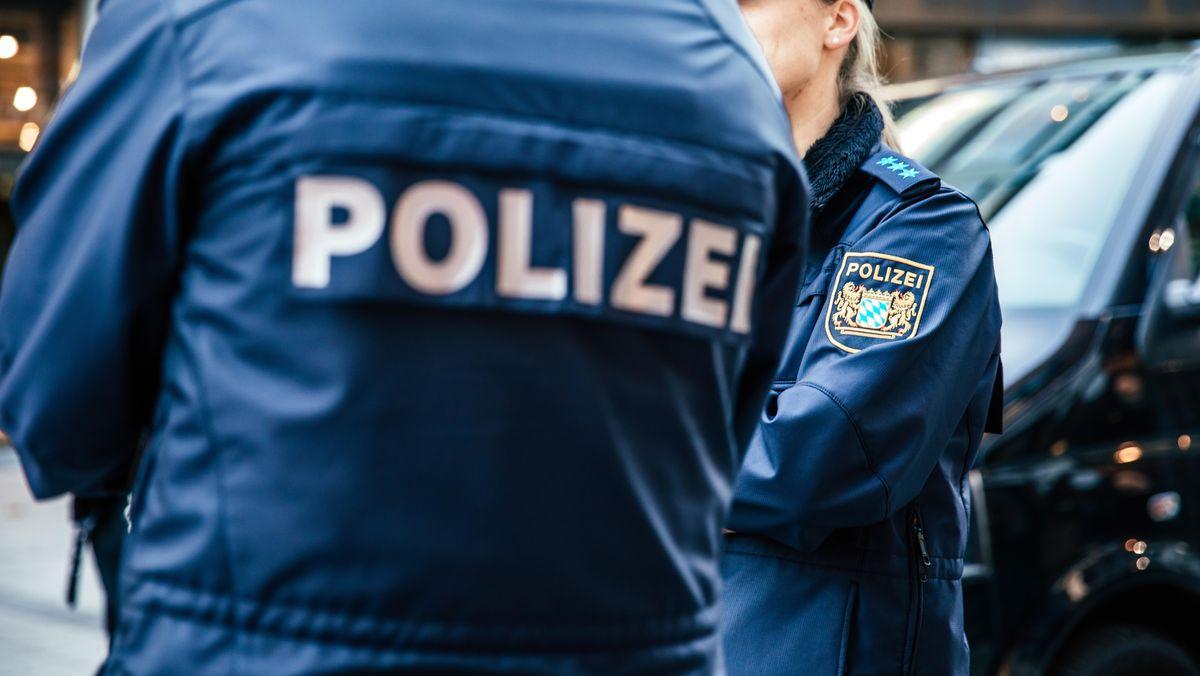 Ein Polizist steht in der Münchner Innenstadt.
