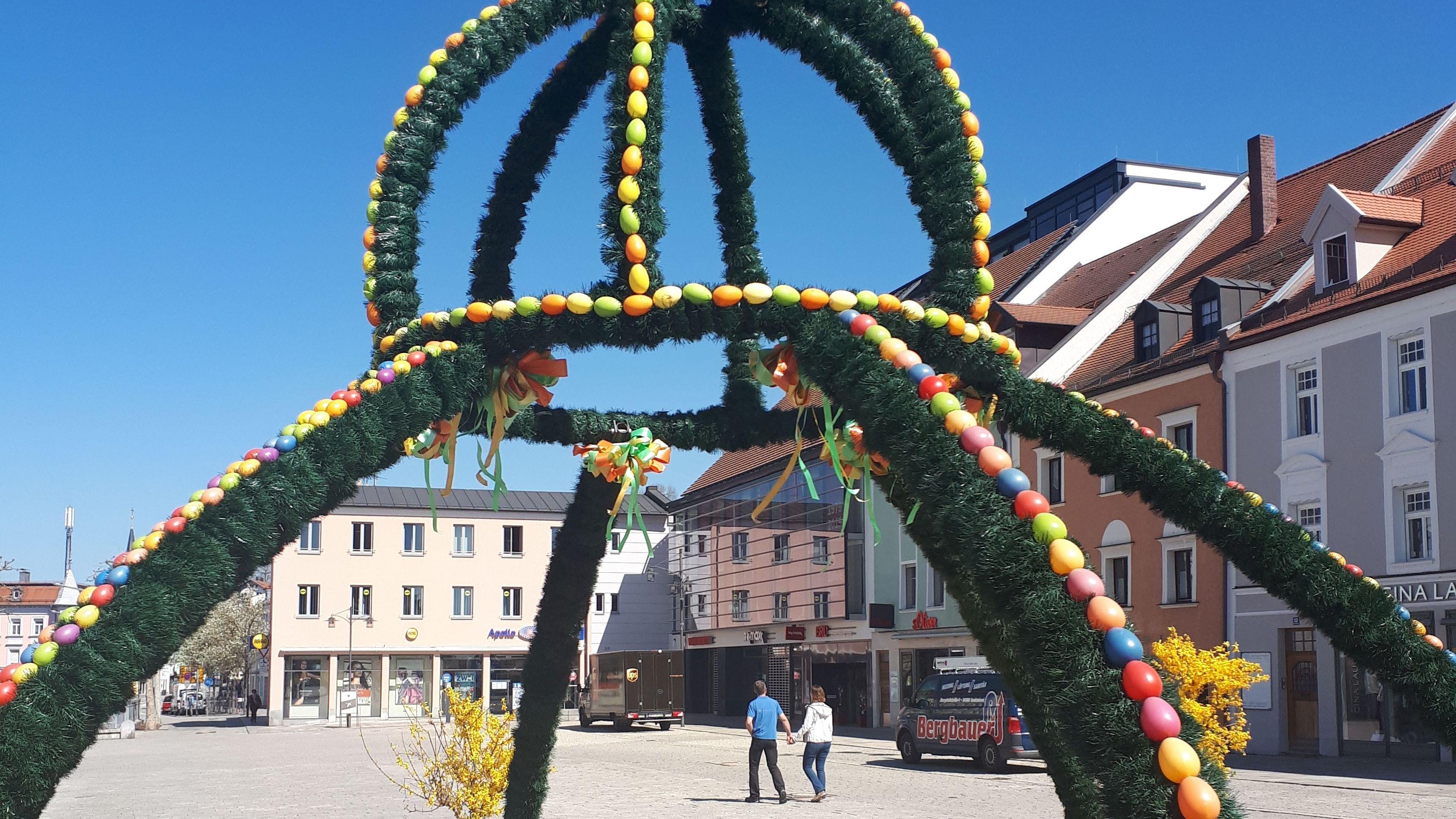 Der geschmückte Osterbrunnen auf dem Deggendorfer Stadtplatz