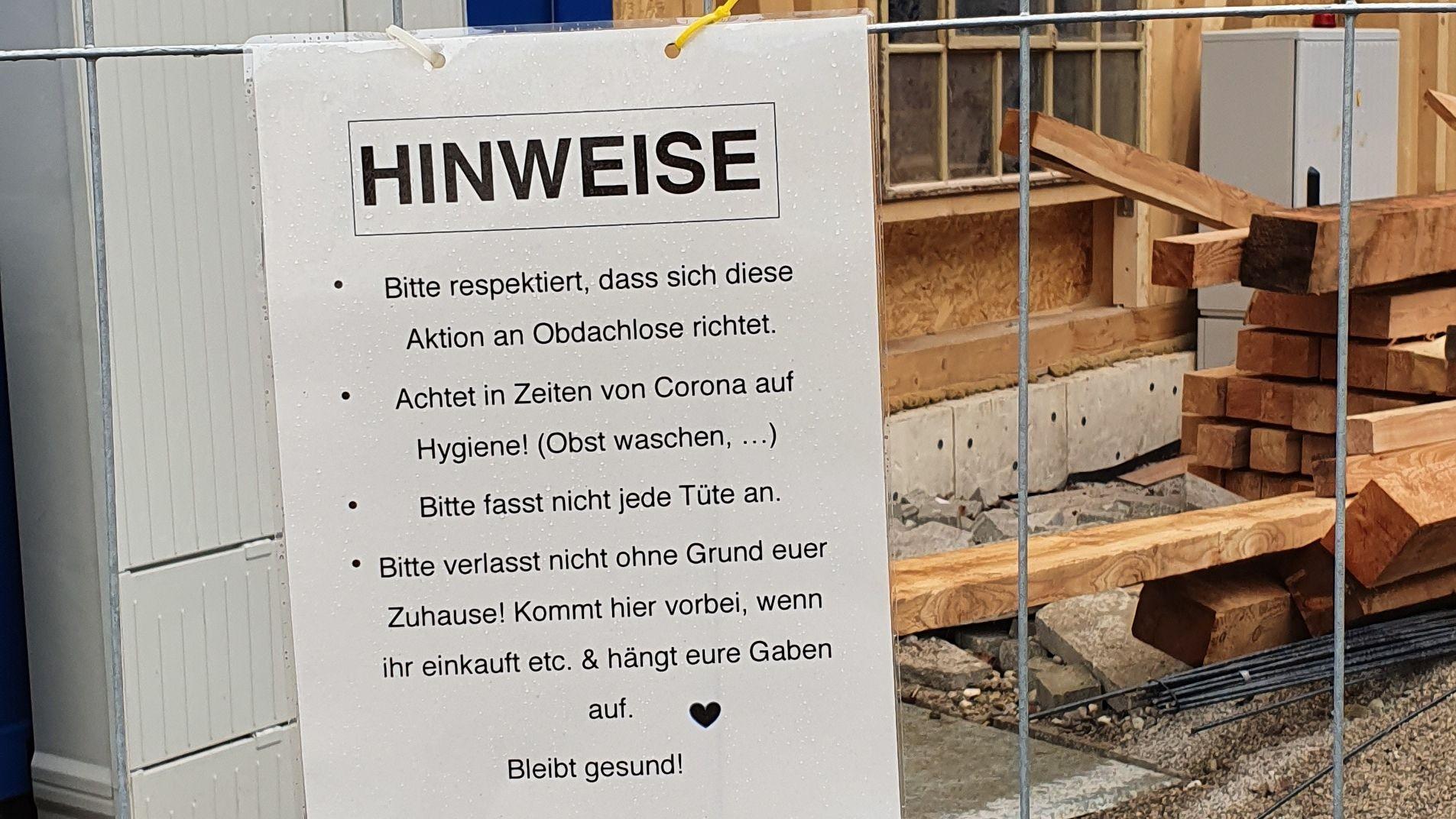"""Hinweistafel am""""Hexenhaus"""" in Giesing: """"Bitte respektiert, dass sich die Aktion nur an Obdachlose richtet""""."""