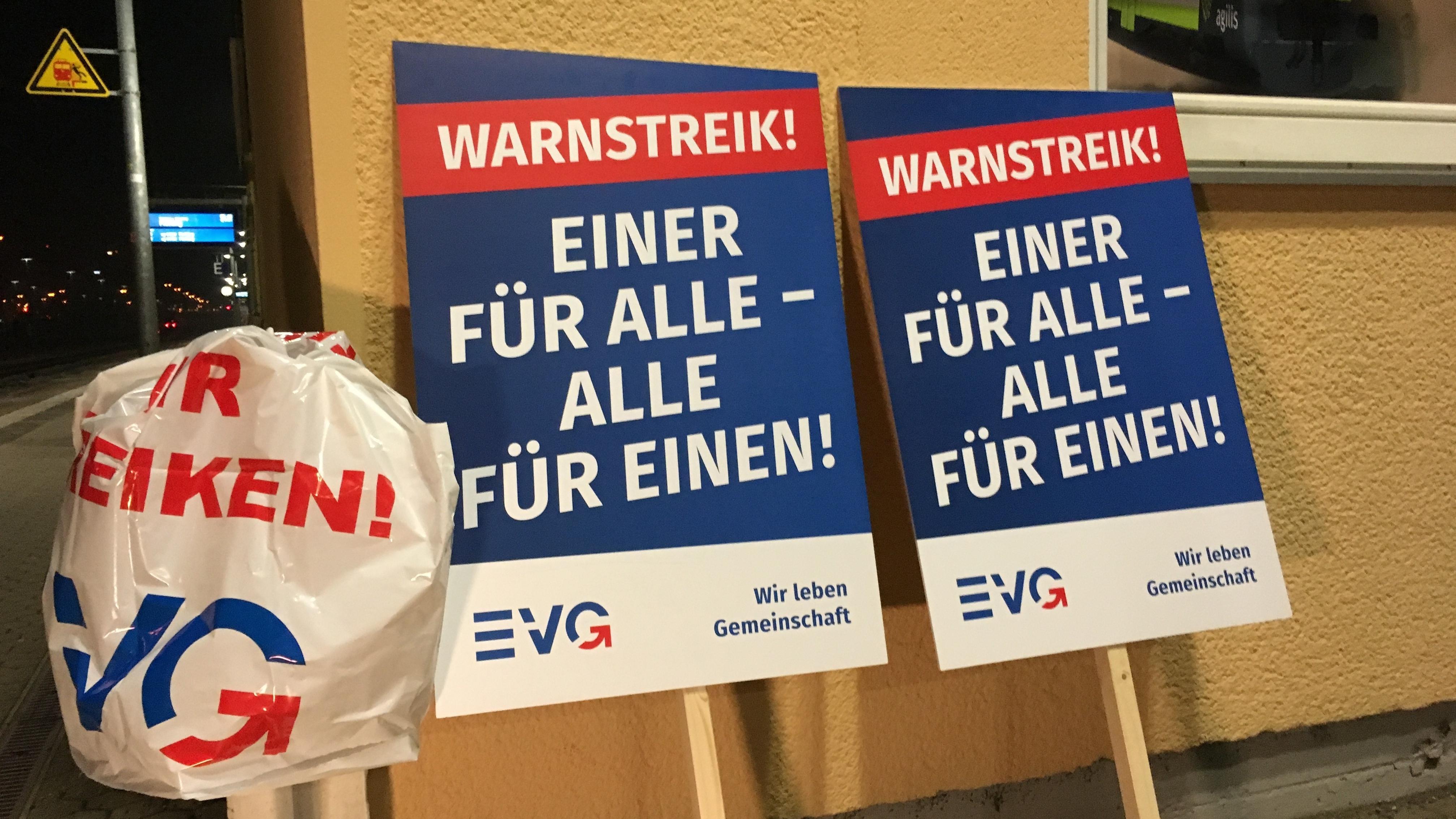 Streikplakate der EVG am Hauptbahnhof Regensburg