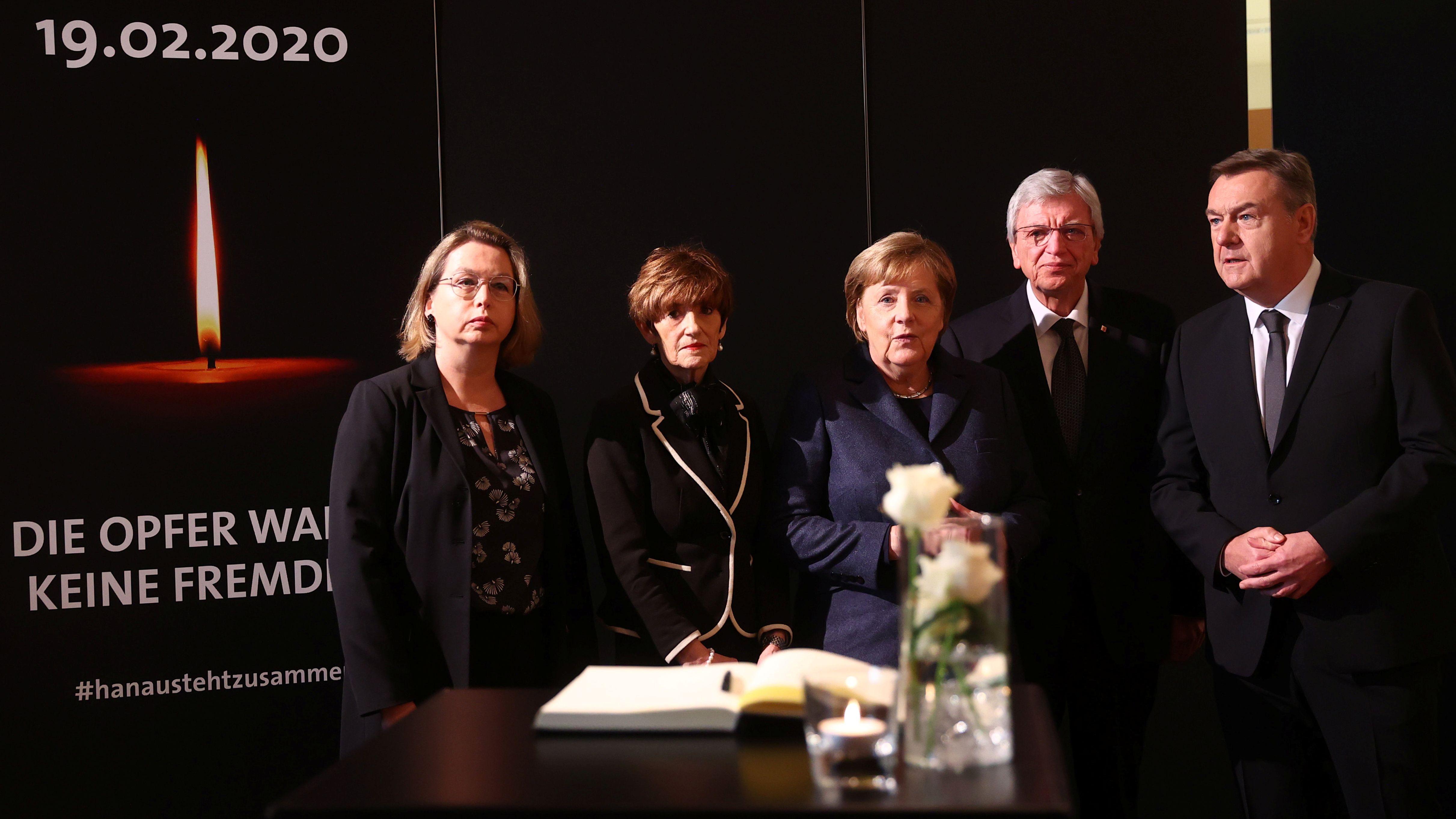 Ministerpräsident Volker Bouffier (CDU, 2.v.r), seine Frau Ursul (2.v.l), OB Claus Kaminsky (r), seine Frau (l), Bundeskanzlerin Merkel (CDU).