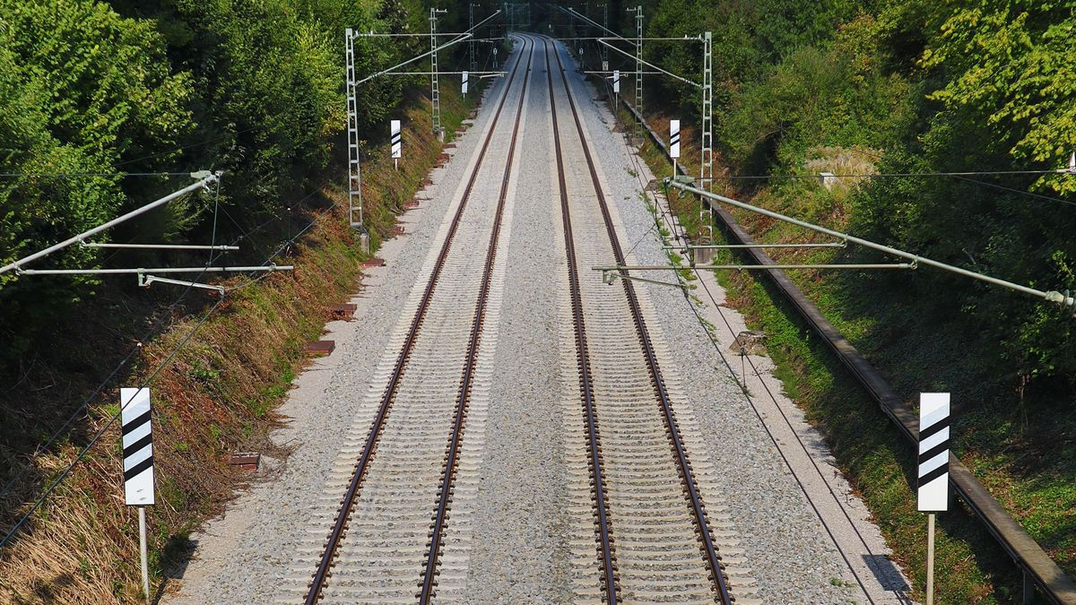 Bahngleis, Gleis, Geleise, Schienen, Oberleitung