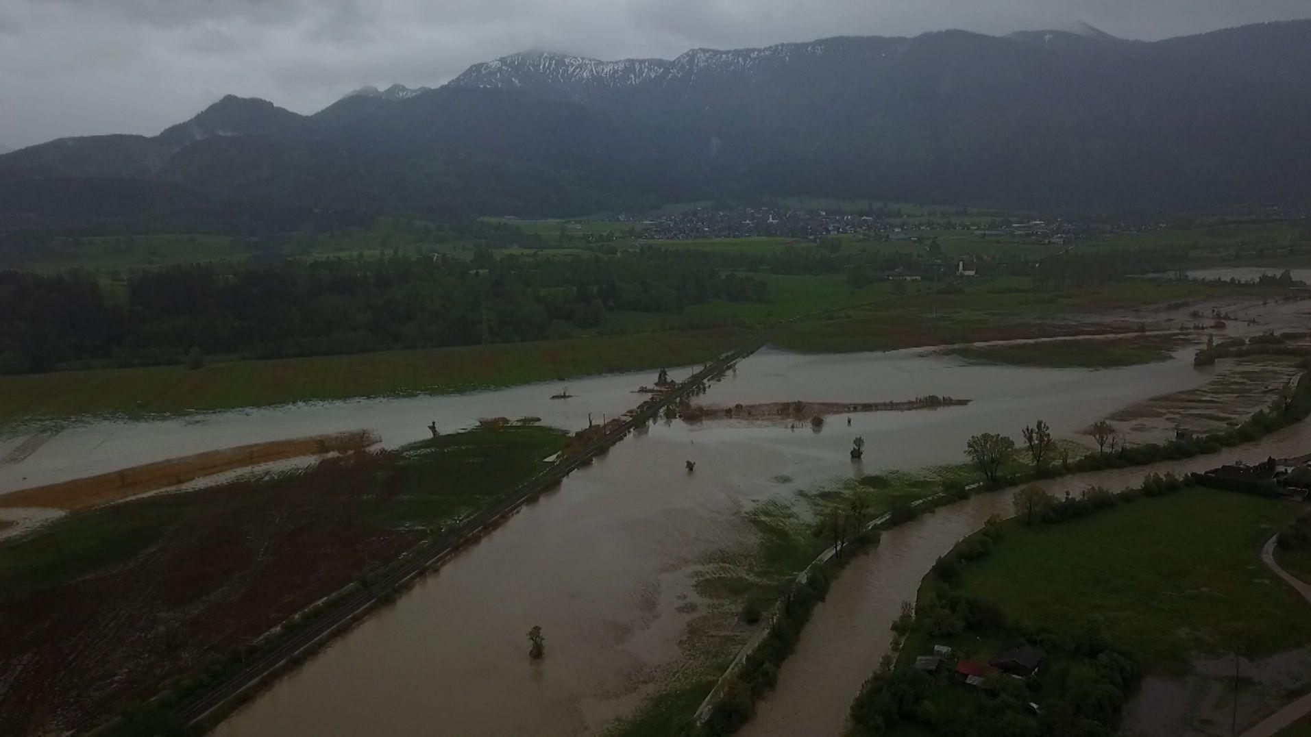 Im Oberland ist die Loisach über die Ufer getreten und hat das Murnauer Moos überflutet.