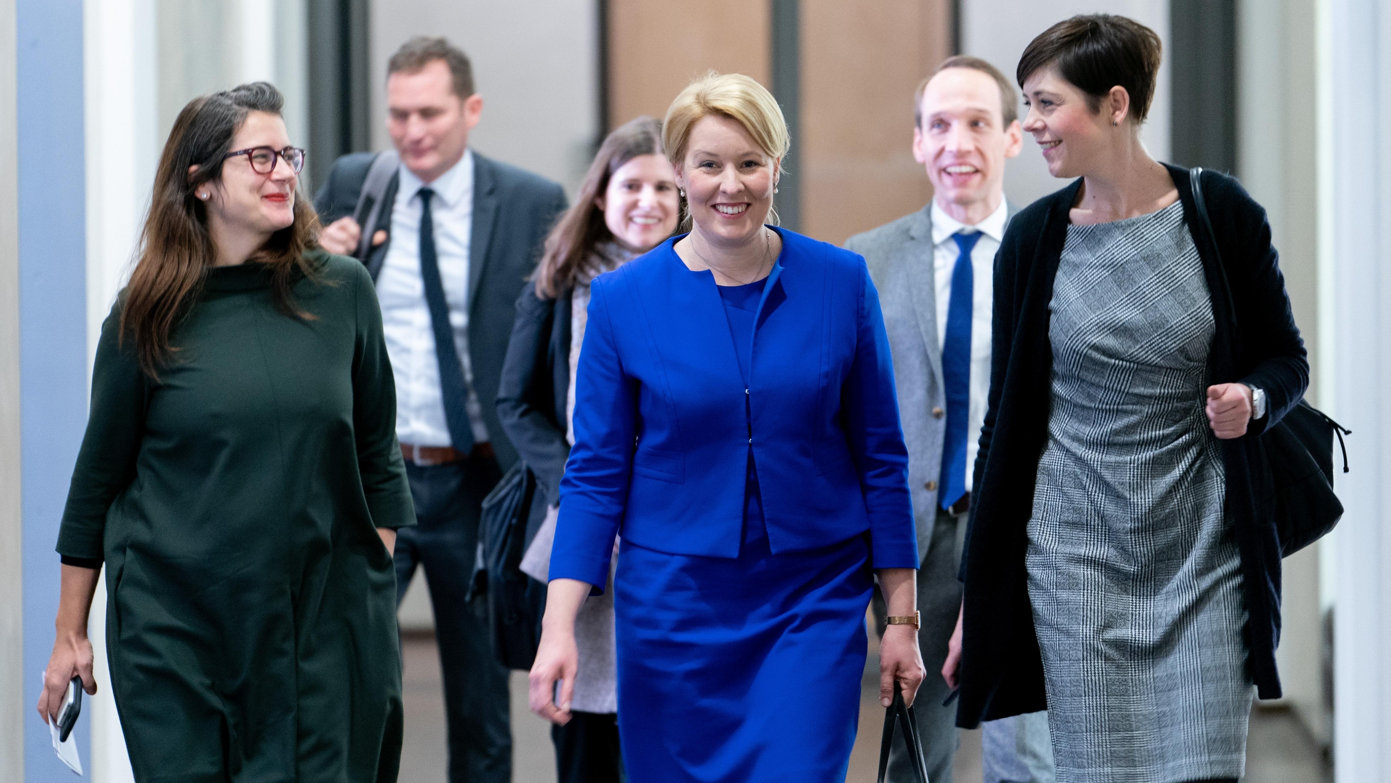 """Franziska Giffey (SPD, M), Bundesministerin für Familie, Senioren, Frauen und Jugend, verlässt mit ihren Mitarbeiterinnen nach der erfolgreichen Abstimmung über das """"Gute-Kita-Gesetz"""" den Bundesrat."""