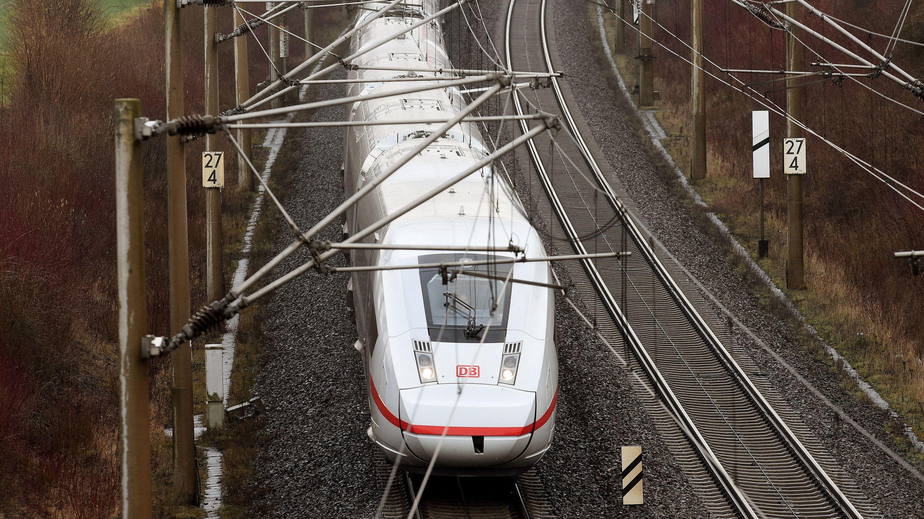 Ein ICE 4 der Deutschen Bahn befährt die Strecke Göttingen-Hannover.