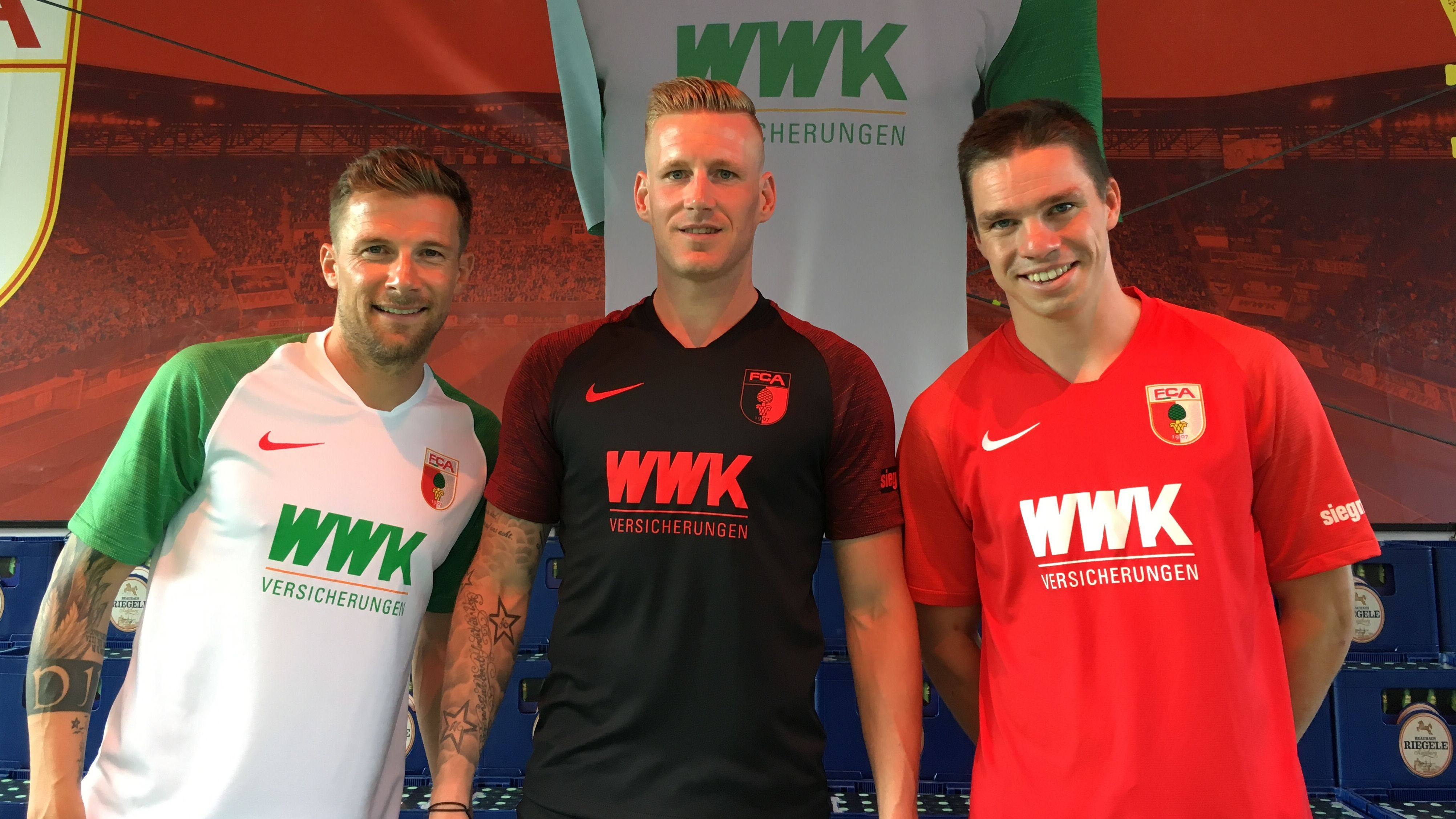 Augsburger Fußballspieler Daniel Baier, André Hahn und Raphael Framberger