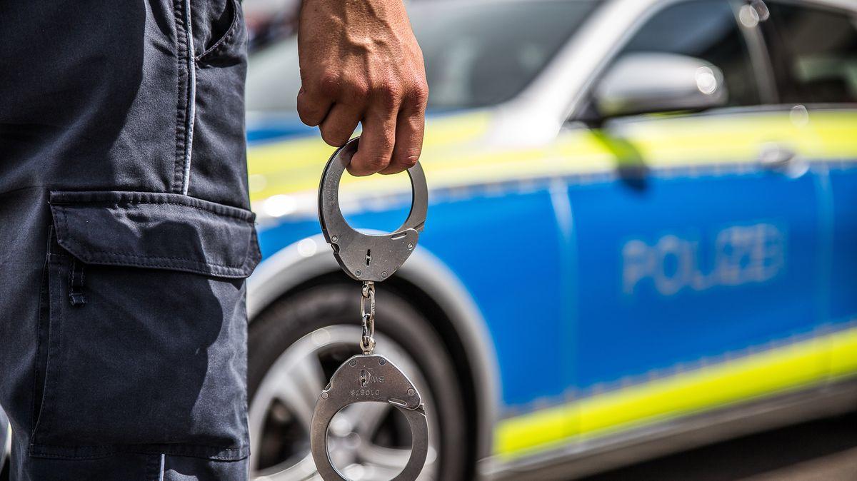 Streit unter Jugendlichen - Polizeibeamte leicht verletzt