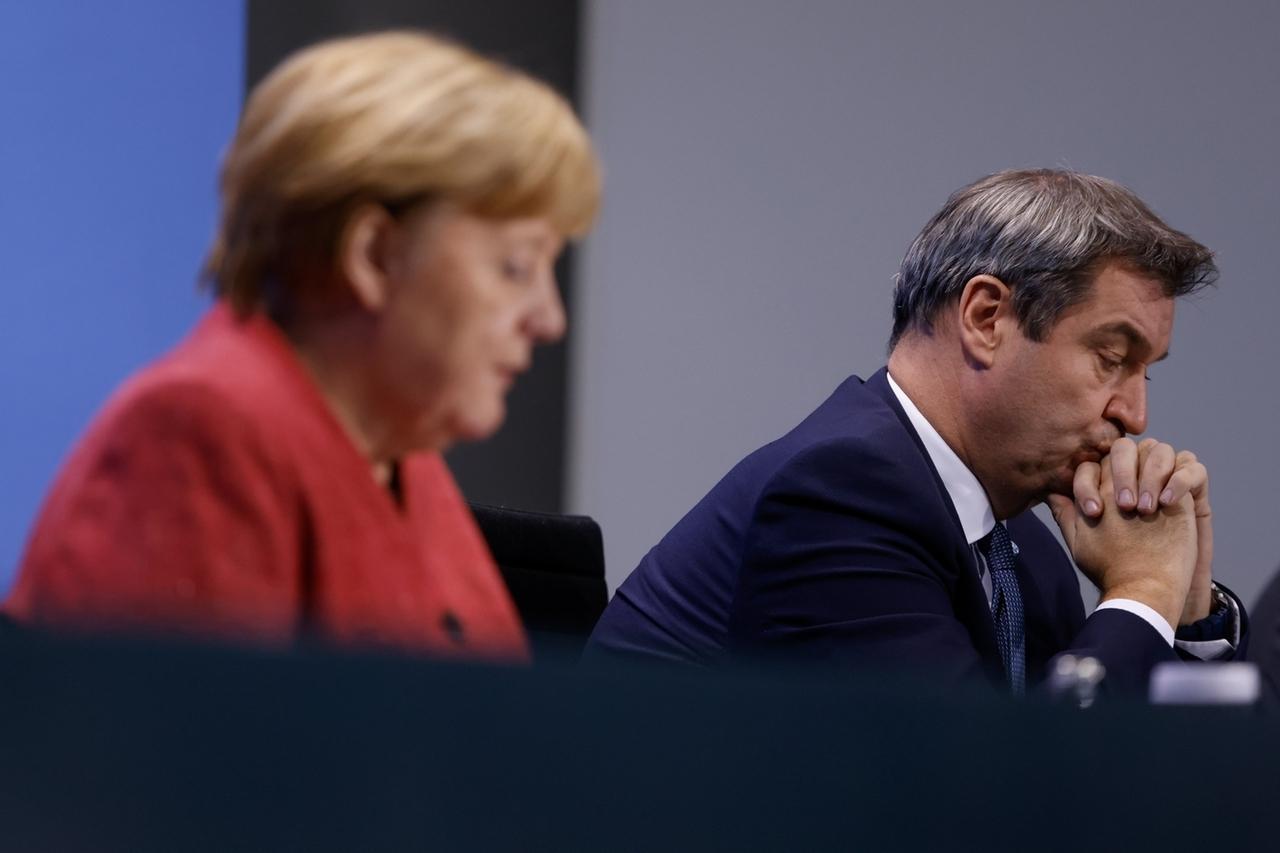 16.11.2020, Berlin: Bundeskanzlerin Angela Merkel (CDU) erläutert auf einer Pressekonferenz im Bundeskanzleramt gemeinsam mit Markus Söder (CSU, r), Ministerpräsident vonBayern, die Ergebnisse ihres vorangegangenen Gesprächs. Merkel hatte sich in einer Videokonferenz mit den Ministerpräsidenten der Bundesländer über das weitere Vorgehen in der Corona-Krise beraten. Foto: Odd Andersen/AFP/POOL/dpa +++ dpa-Bildfunk +++
