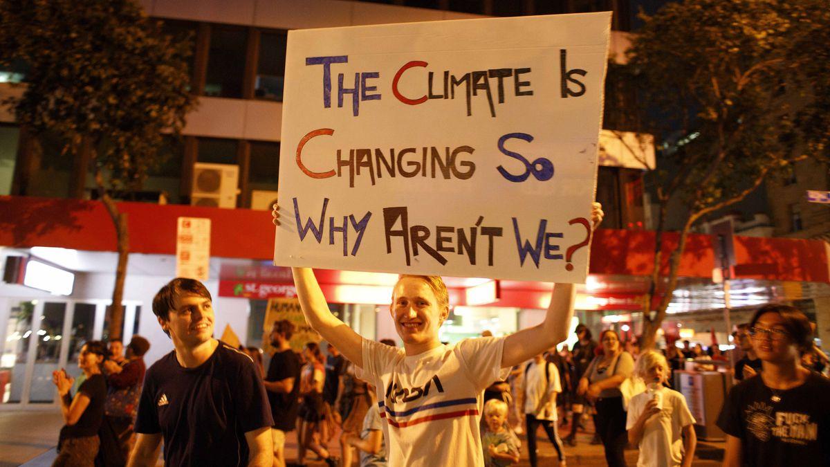 Demonstranten in der australischen Stadt Brisbane fordern mit Transparenten einen Wandel der Klimapolitik