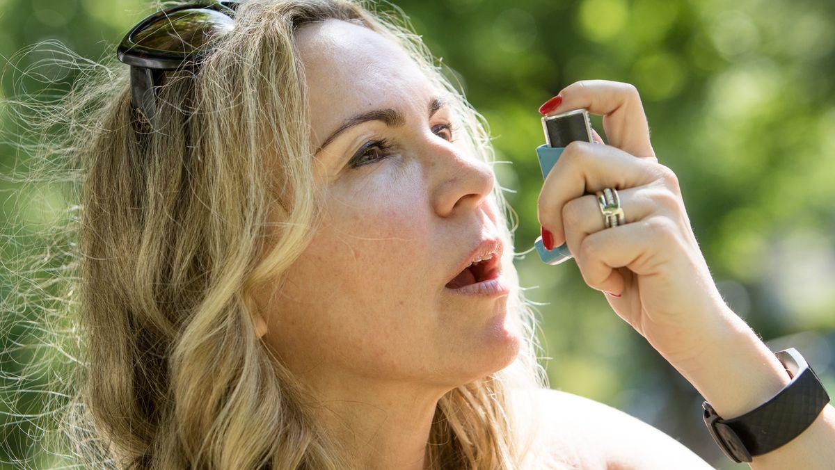 Eine Frau benutzt einen Inhalator
