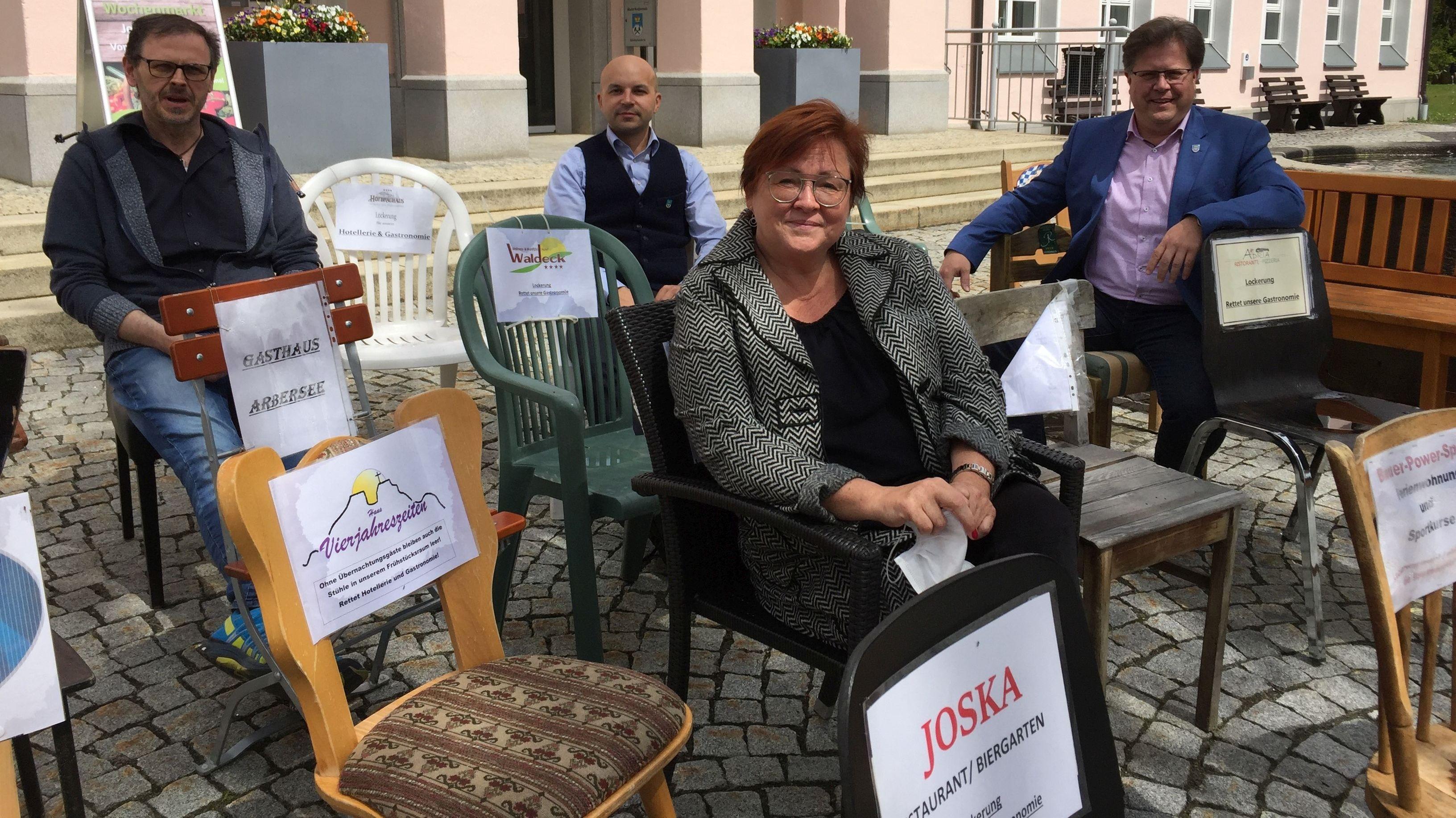"""Auf den """"leeren Stühlen"""" vor der Tourist-Info Bodenmais"""