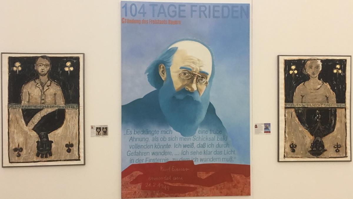 """Exponate von Helga Hansel: """"Das Blatt hat sich gewendet"""" (links und rechts) und Renée Rauchalles: """"Vorbei - der Traum vom Frieden"""" (Mitte)."""