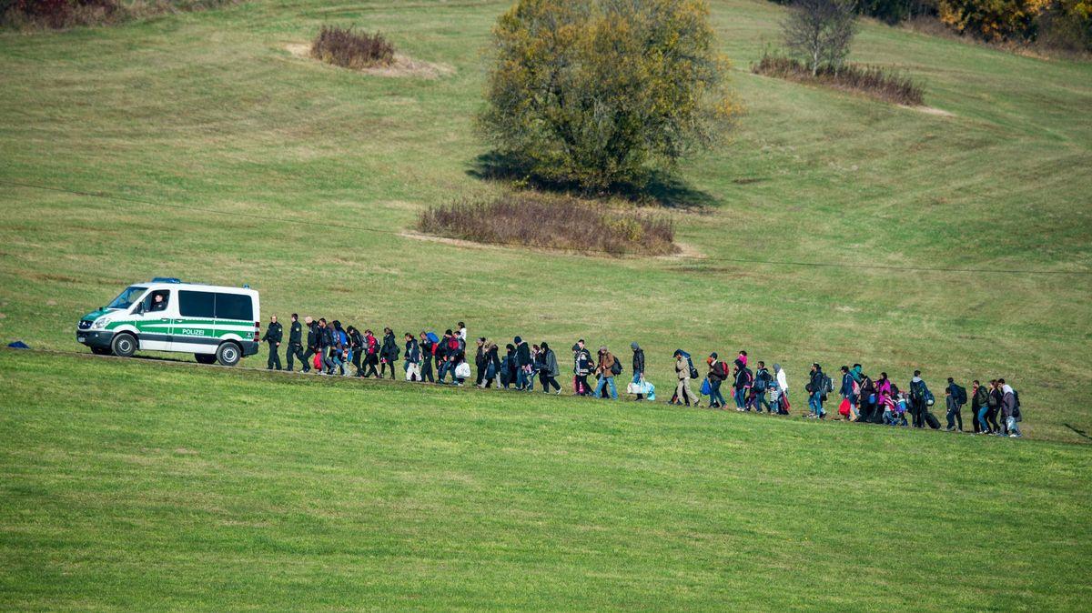 2015 in Wegscheid: Flüchtlinge gehen hinter einem Fahrzeug der Bundespolizei her. (Archiv)