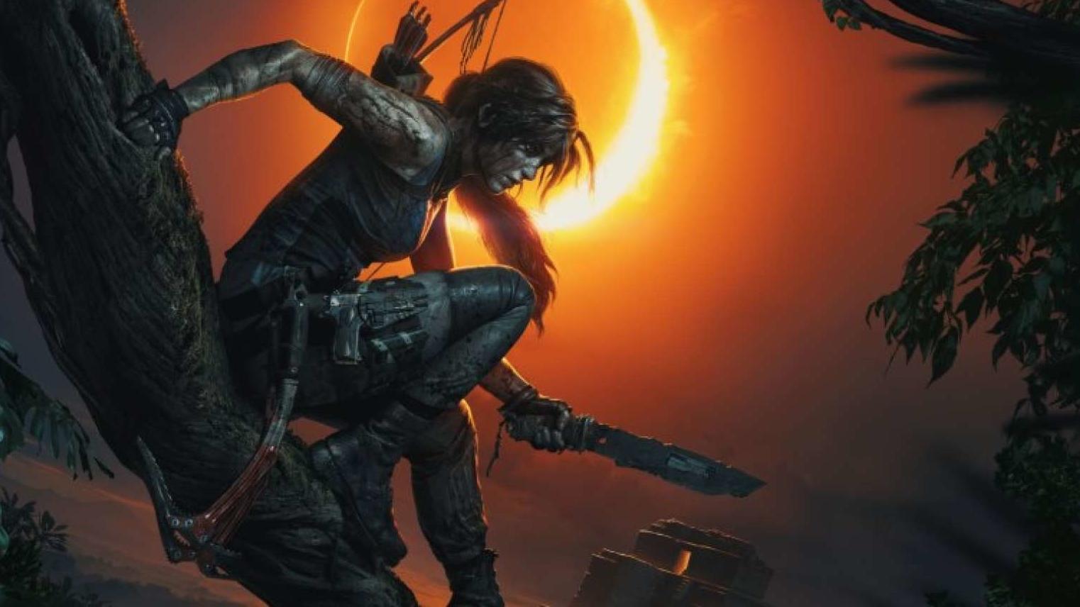 Abenteurerin Lara Croft sitzt auf einem Baum und hält ein selbst gebasteltes Messer vor sich.