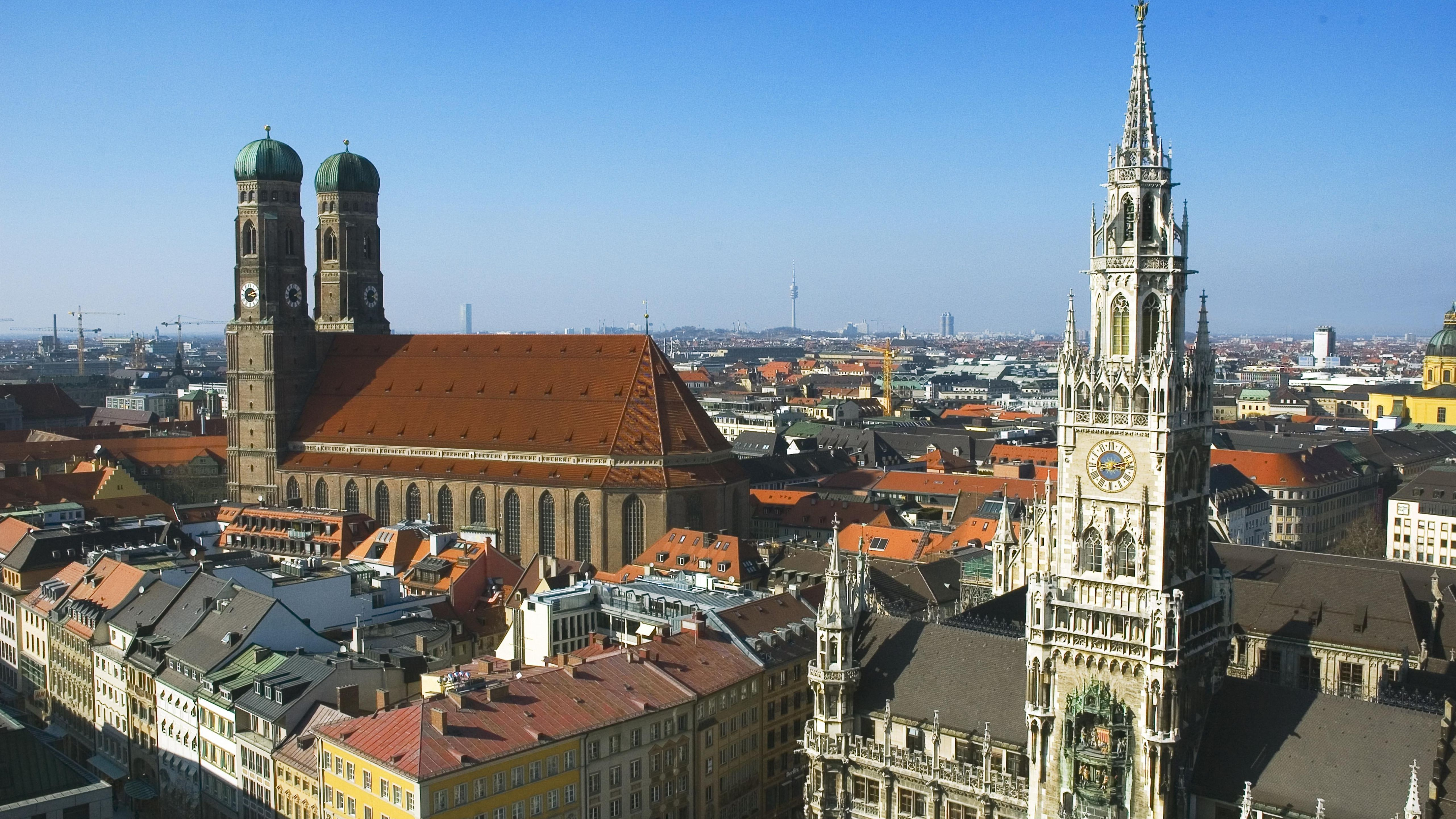 Blick auf München mit Rathaus und Frauenkirche