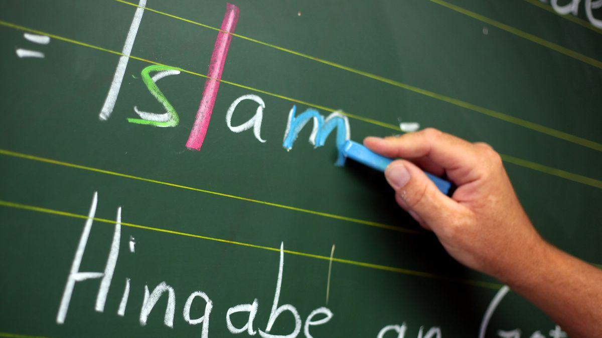Das Wort Islam steht auf einer Tafel.