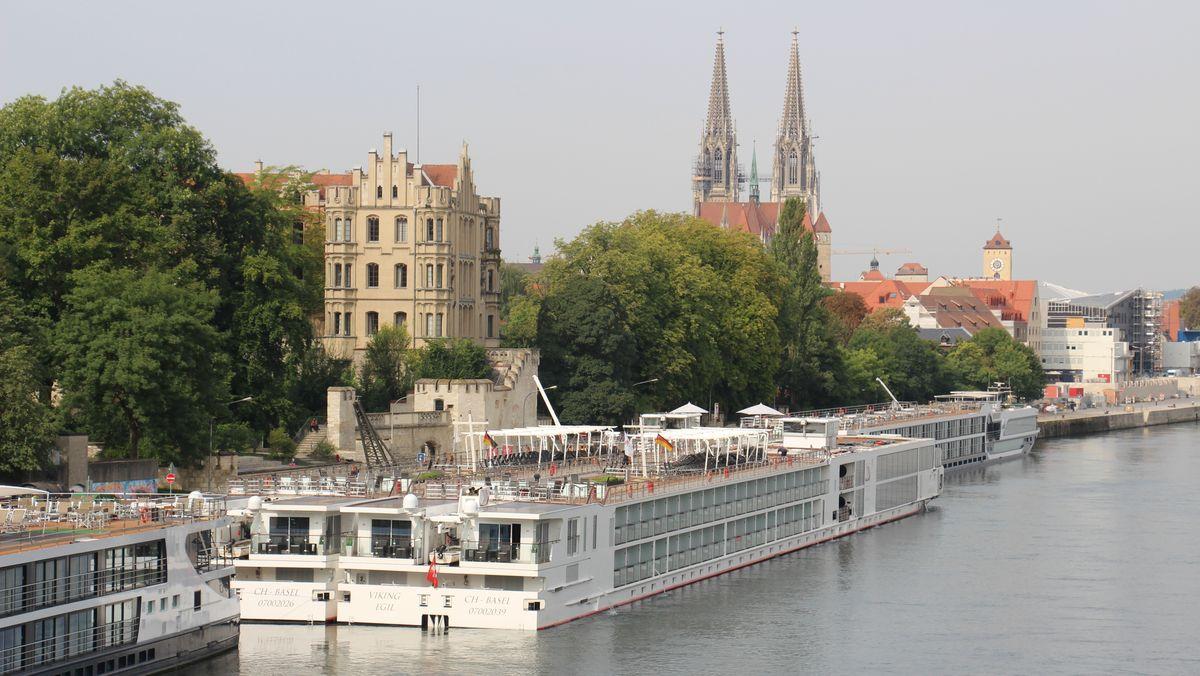 Ein Kreuzfahrtschiff an einer Anlegestellle in Regensburg.