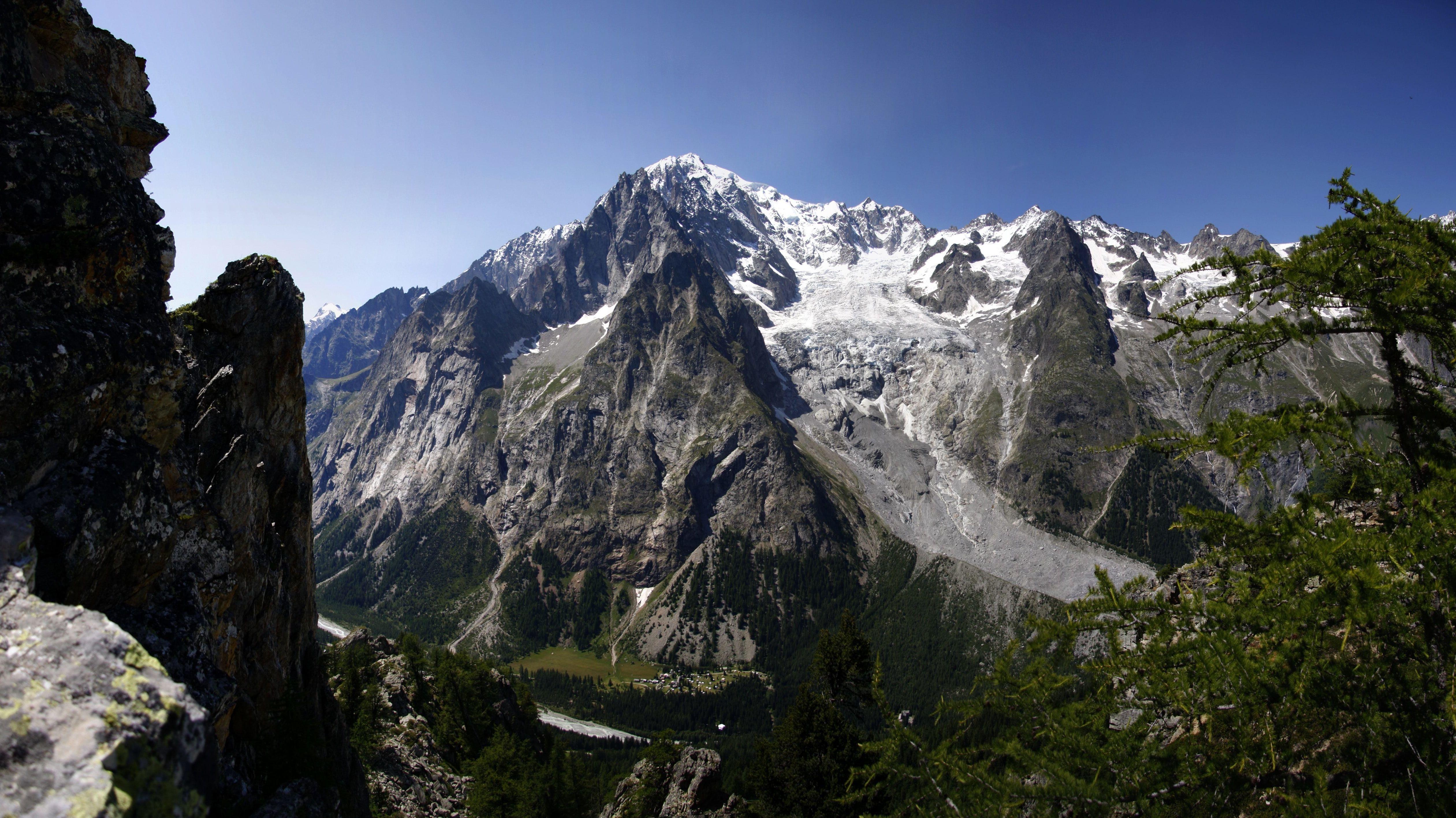 Das-Mont-Blanc-Massiv von Courmayeur und dem Aostatal aus gesehen