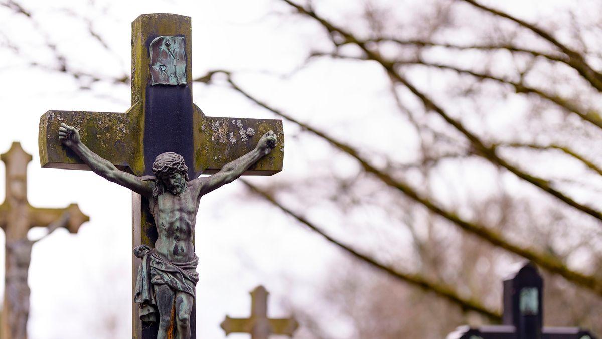 Kreuz auf einem Friedhofsgrab (Symbolbild)