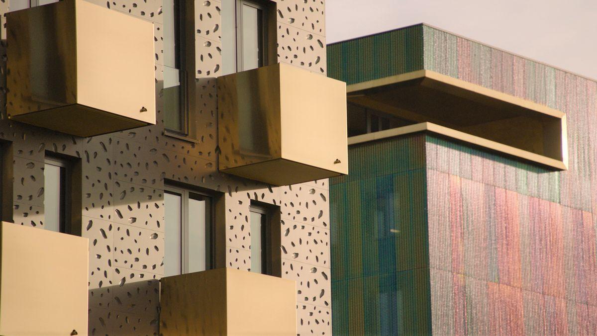 Die Außenfassade der 3D-Druckerei in Lupburg wird von der Sonne beschienen.