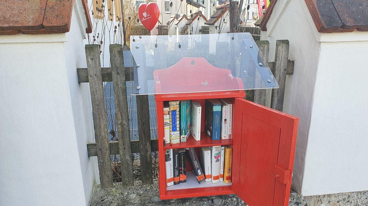 """In Altötting gibt es ein kleines """"Bücherschrankerl"""". Es befindet sich an einem Zaun direkt neben der Stadtbücherei."""