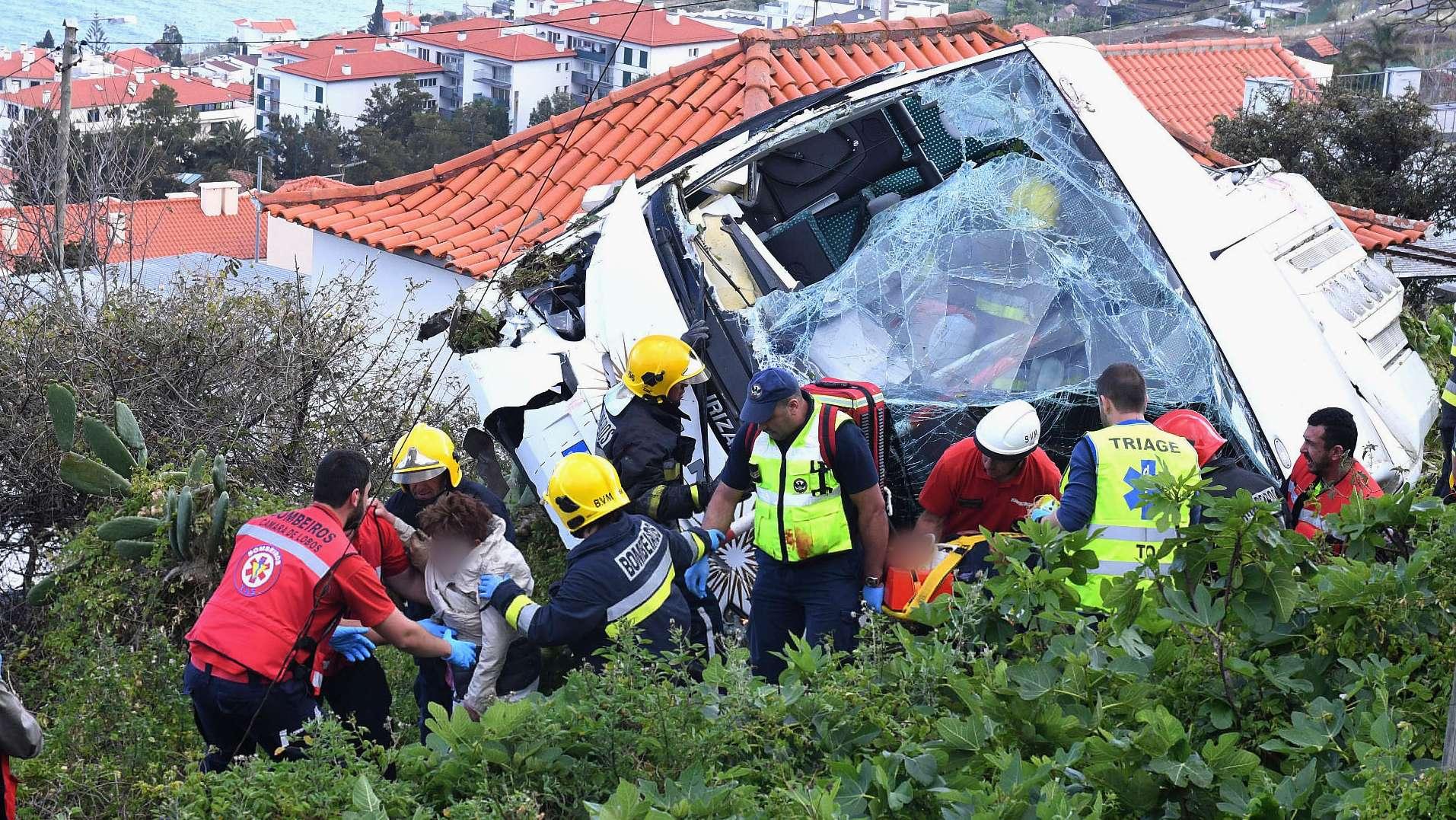 Menschen werden aus einem zerstörten Bus gerettet
