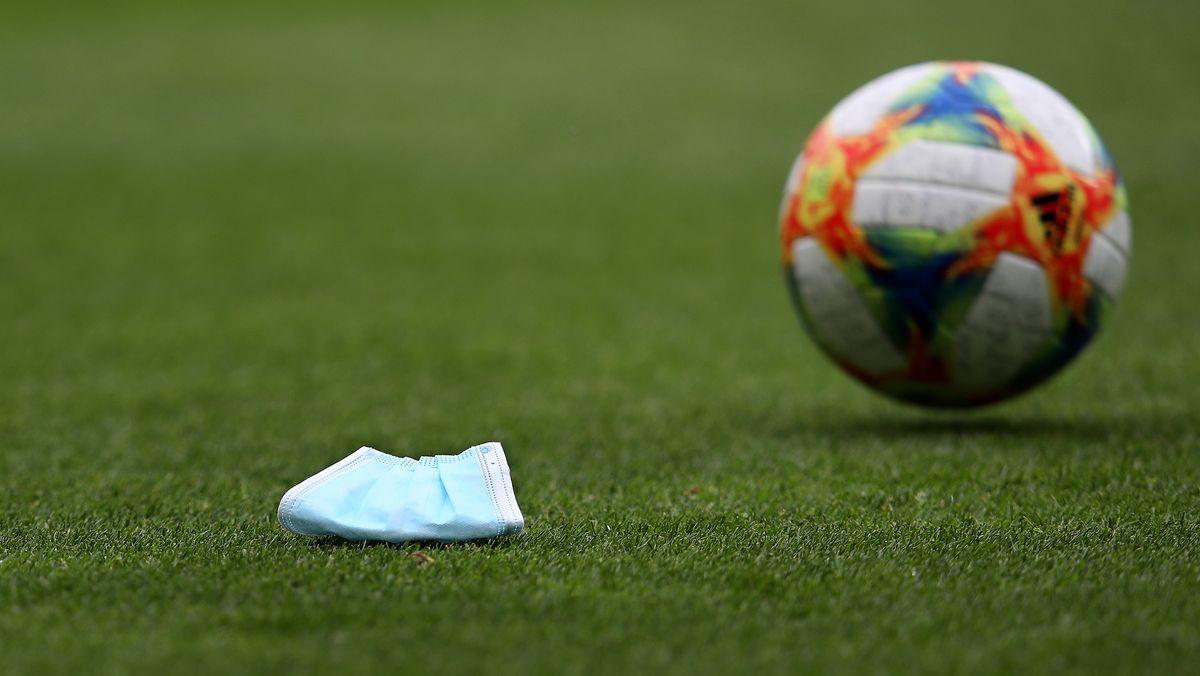 Schutzmaske und Drittligafußball