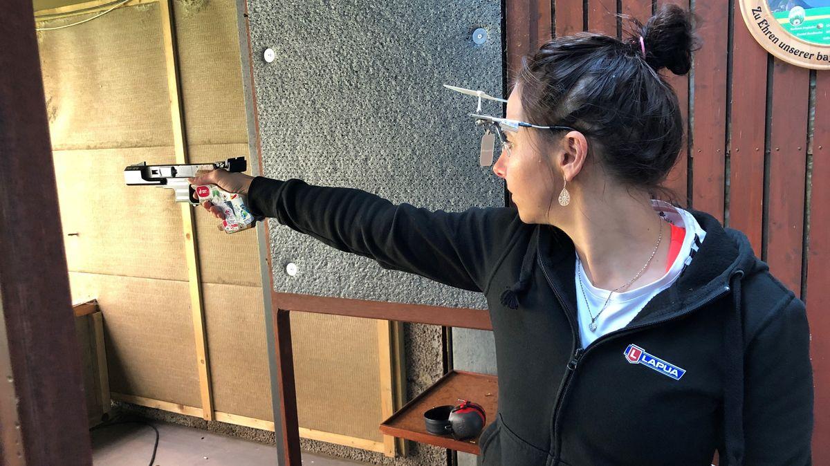 Monika Karsch beim Training an einem Schießstand in Regensburg.