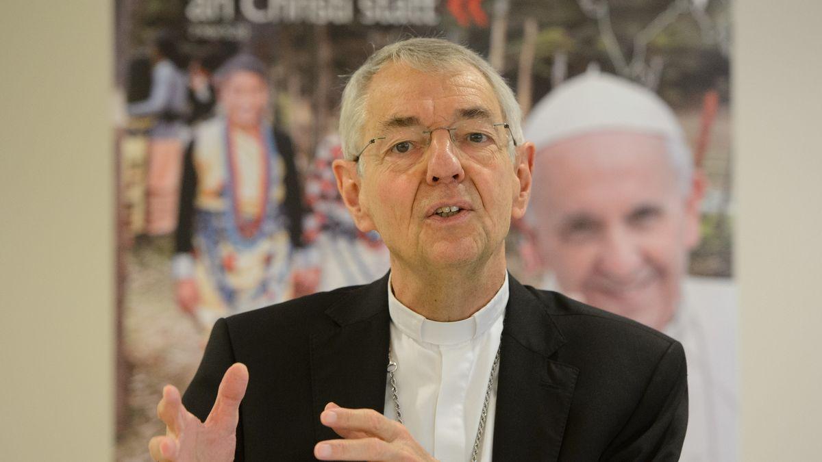 Der Erzbischof von Bamberg, Ludwig Schick, gestikuliert während einer Pressekonferenz.