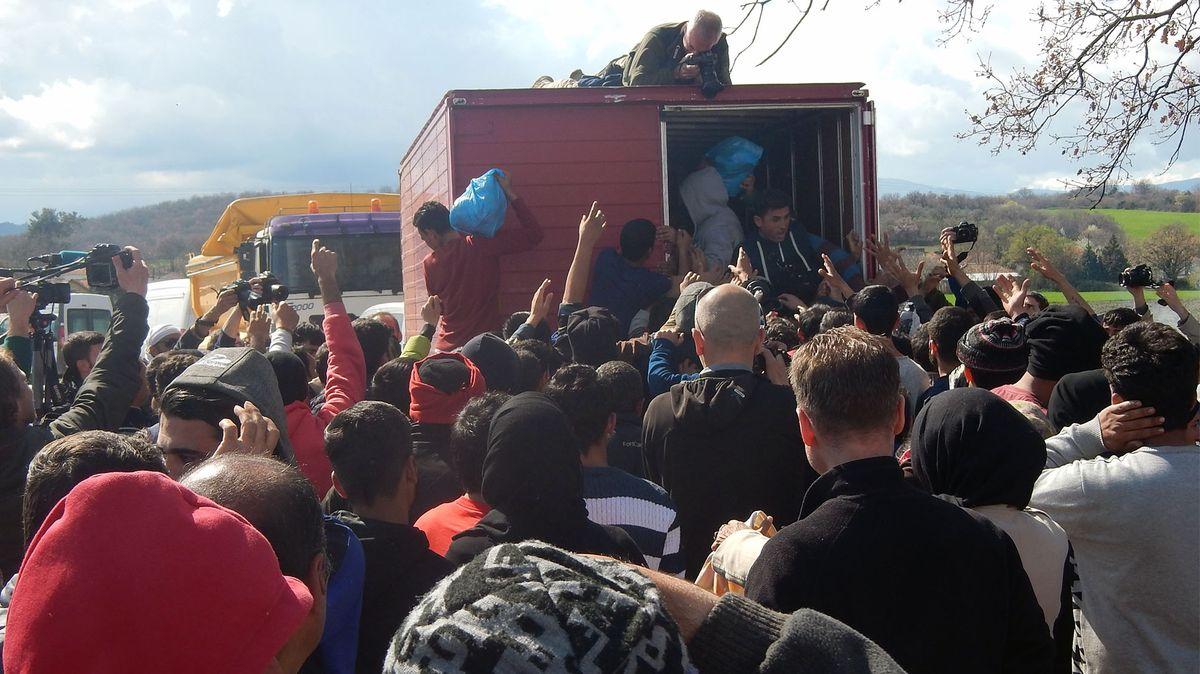 Lebensmittel werden an Flüchtlinge verteilt