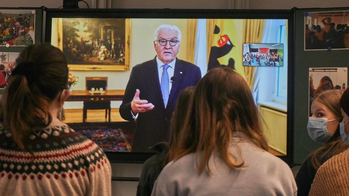 Bundespräsident Frank-Walter Steinmeier spricht im Rahmen der Preisverleihung per Video zu engagierten Schülern und Lehrern in Gräfelfing.