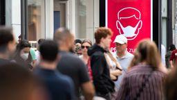 Zahlreiche Passanten sind auf der Schildergasse, einer der Haupteinkaufsstraßen Kölns unterwegs.   Bild:Marius Becker / dpa
