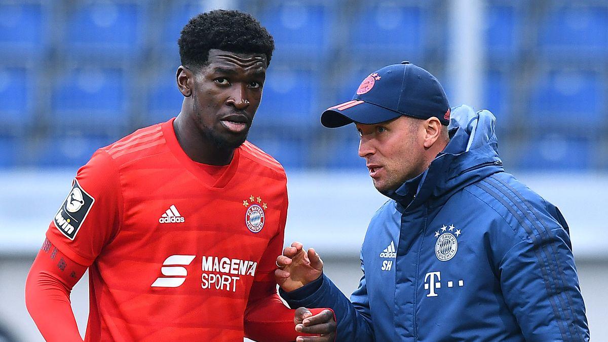 Kwasi Okyere Wriedt vom FC Bayern II im Gespräch mit seinem Trainer Sebastian Hoeneß