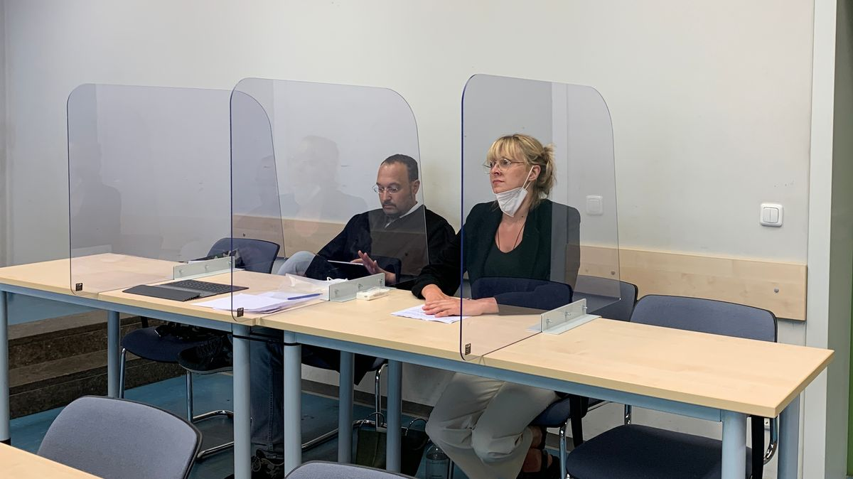 Die Angeklagte im Prozess um Drogenmissbrauch in der JVA Bernau