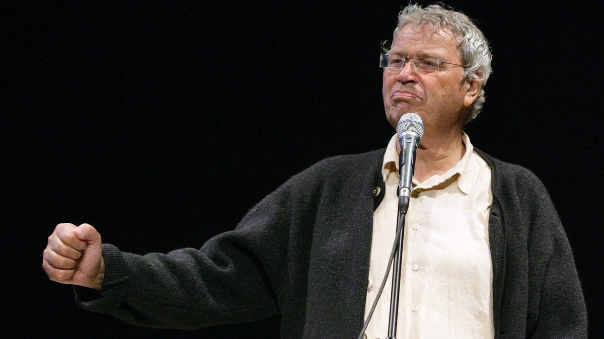 Gerhard Polt im Janker mit geballter Faust