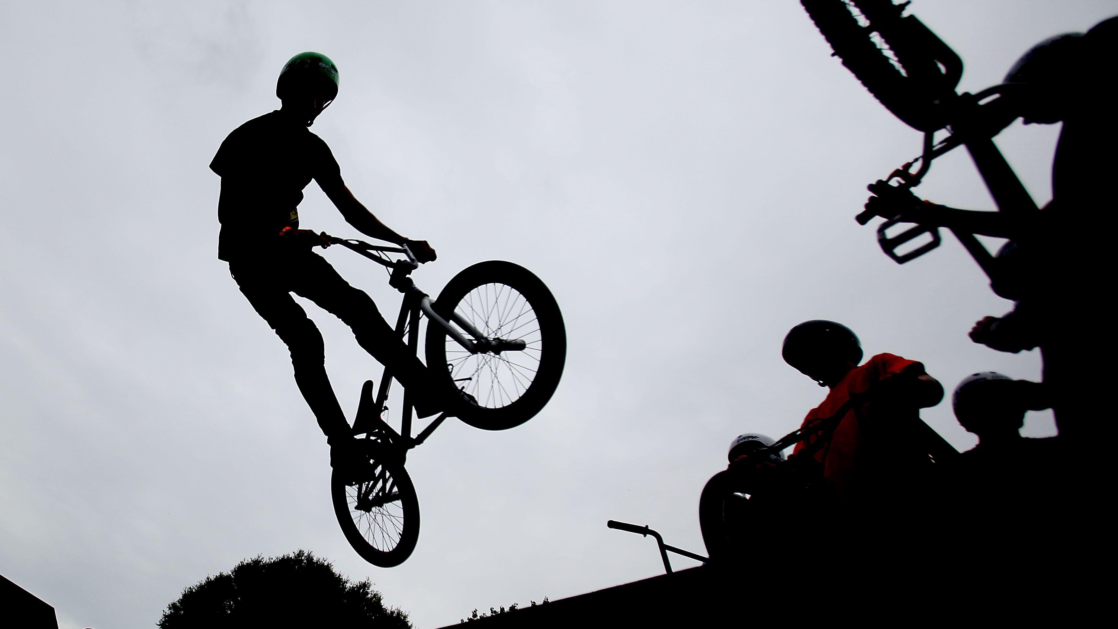 Ein Fahrradfahrer macht ein Kunststück mit seinem Freestyle-Bike
