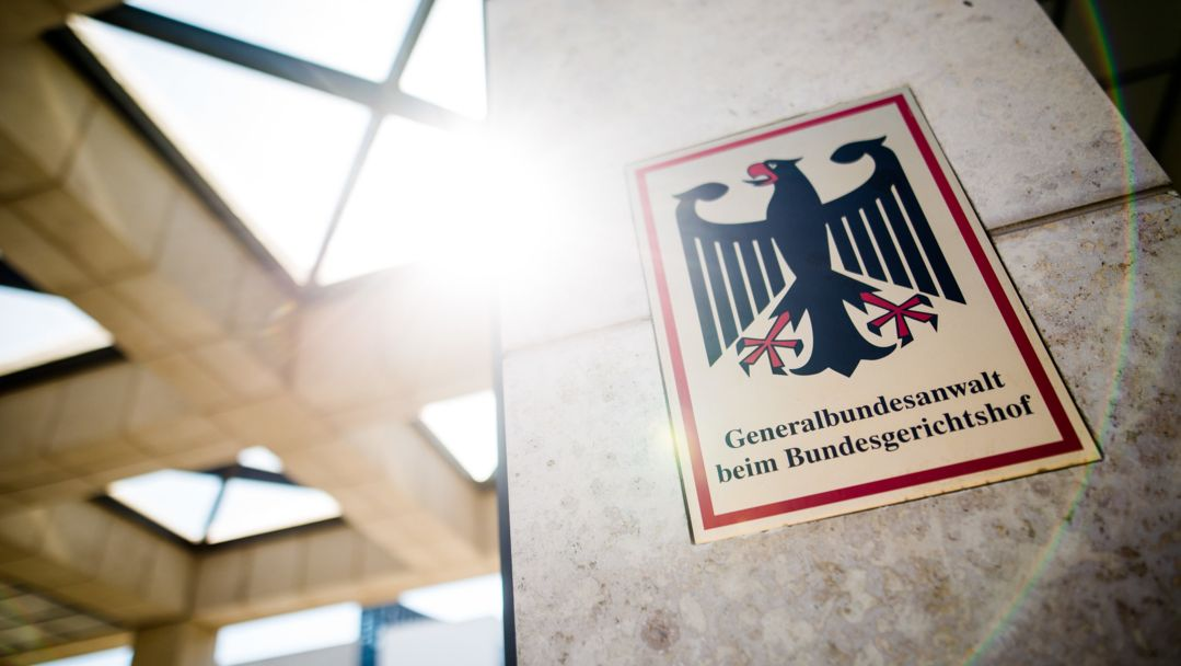 """""""Generalbundesanwalt beim Bundesgerichtshof"""" steht auf einem Schild am Eingang zum Gebäude der Bundesanwaltschaft"""