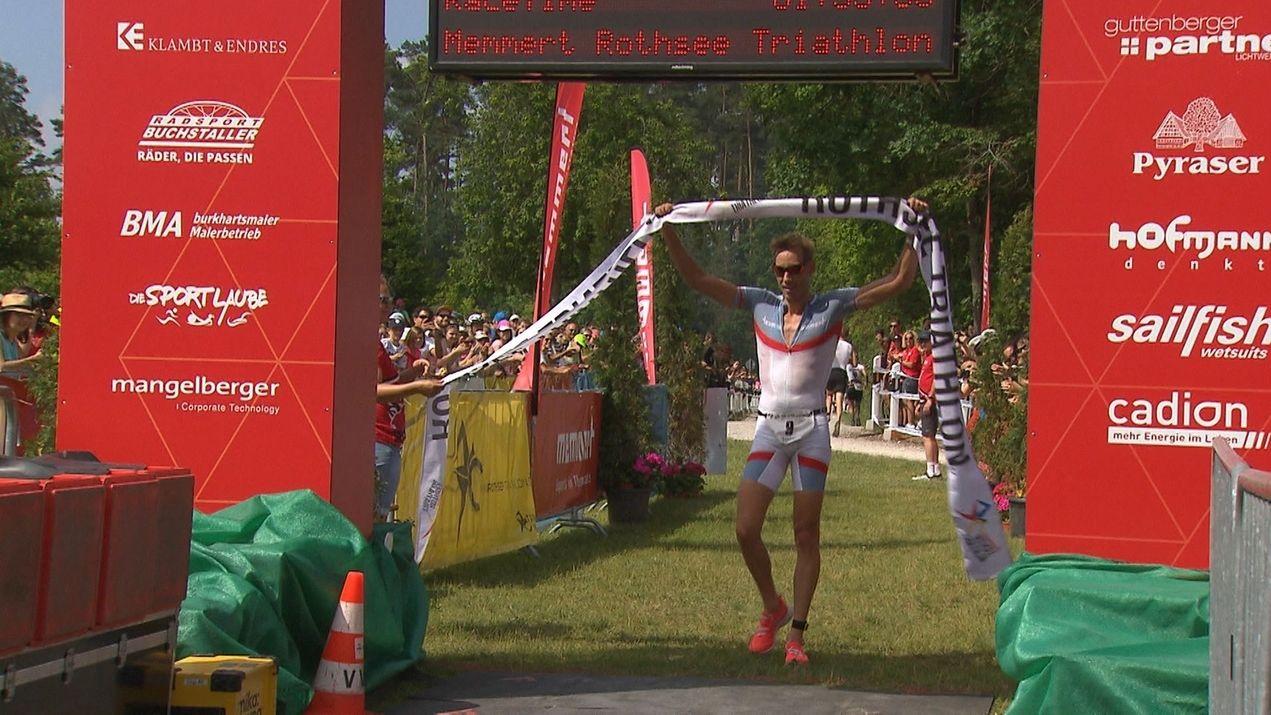 Jonathan Zipf beim Zieleinlauf als Sieger beim diesjährigen Rothsee Triathlon.