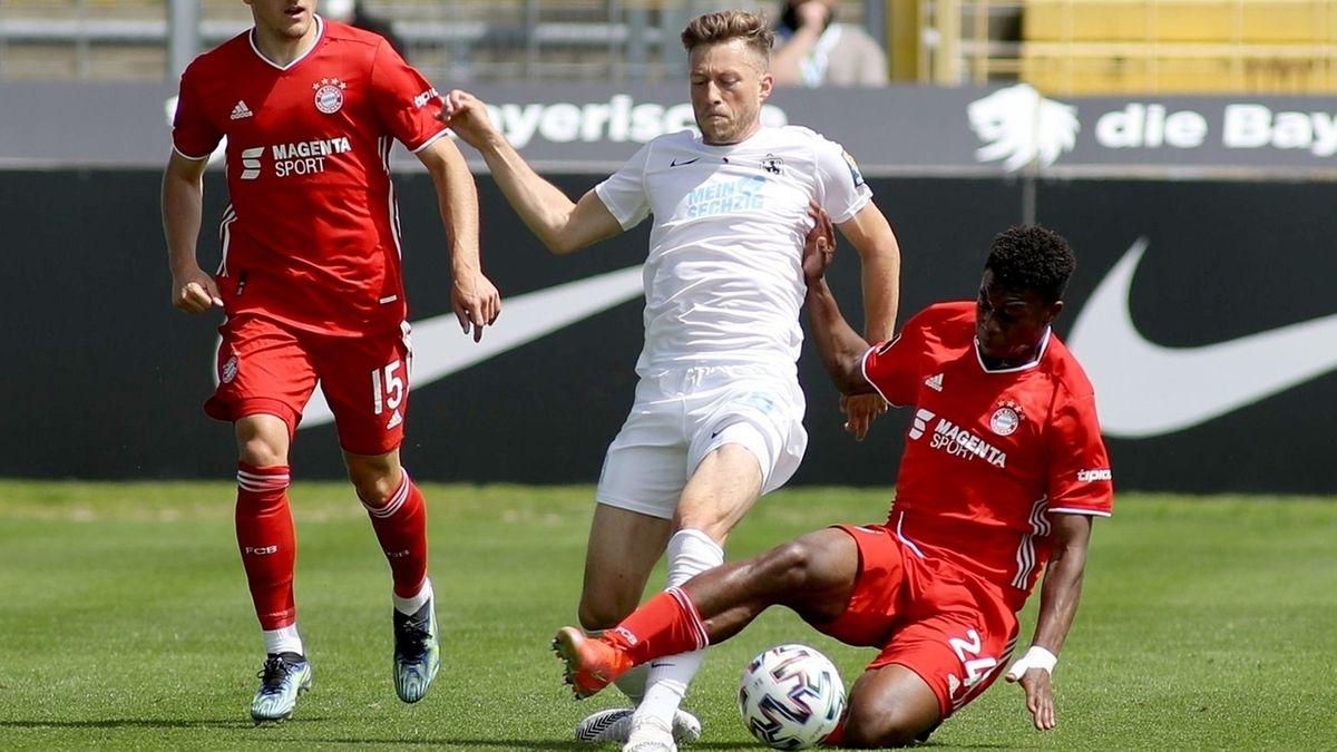 Marius Willsch vomTSV 1860 München (M) kämpft mit Christopher Scott (r) und Alexander Lungwitz (l) vom FCBayernMünchen II um den Ball.