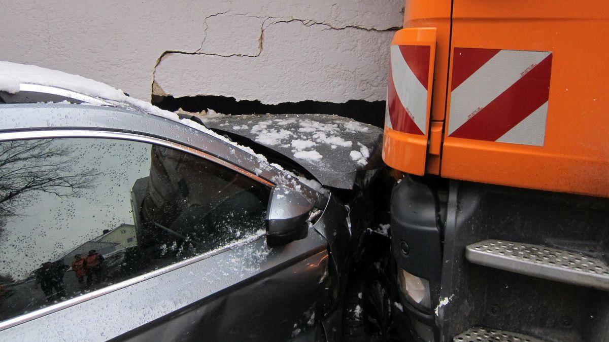 Ein Müllwagen ist am Freitag in Bad Kötzting im Landkreis Cham einen Berg hinuntergerollt und zusammen mit einem Auto in eine Hausmauer gekracht.
