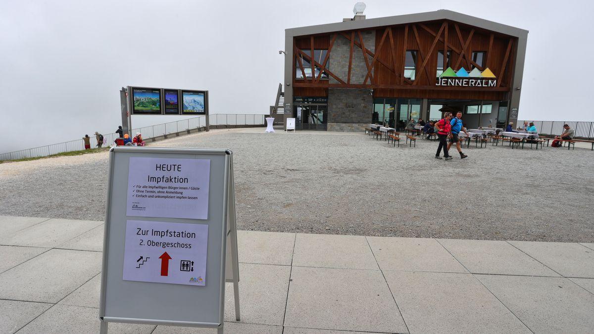 31.07.21: Ein Schild weist auf der Bergstation des Jenner auf die Möglichkeit hin, sich spontan vor Ort gegen Corona impfen zu lassen.