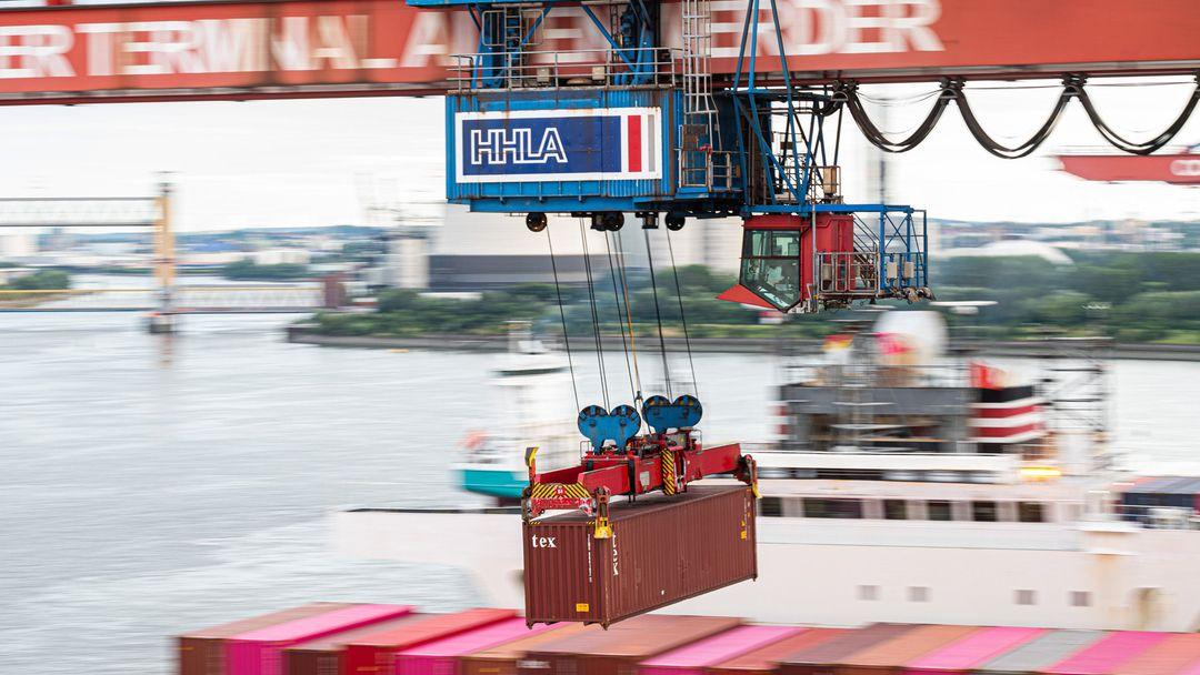 Ein Container wird im Hamburger Hafen auf ein Schiff geladen