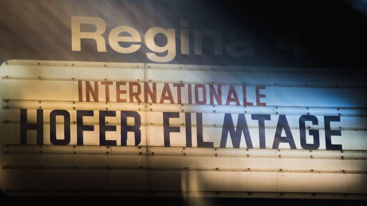 """Ein altes Kino-Schild mit der Aufschrift """"Internationale Hofer Filmtage""""."""